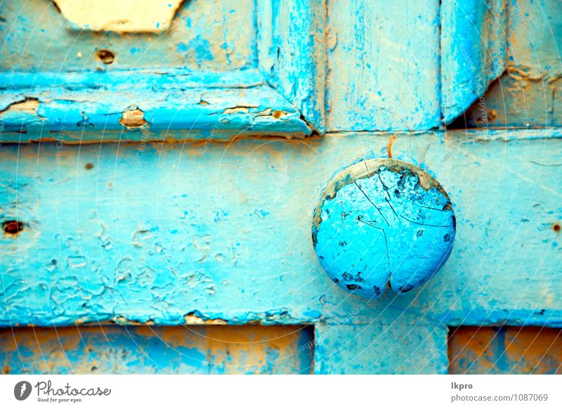 und verrostetes sicheres Vorhängeschloss Stil Design Dekoration & Verzierung Dorf Haus Gebäude Architektur Mauer Wand Tür Sand Rost alt dreckig historisch retro