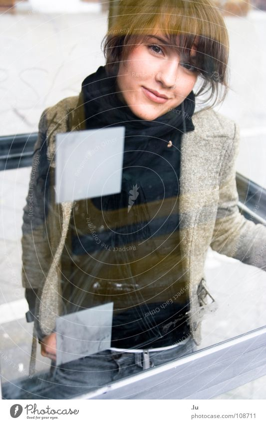 _ Ohne Mobiltelefon Mensch Frau Glas Punkt Vertrauen nah Quadrat Fenster Fensterscheibe Lücke Blick Telefonzelle Sicherheitsglas