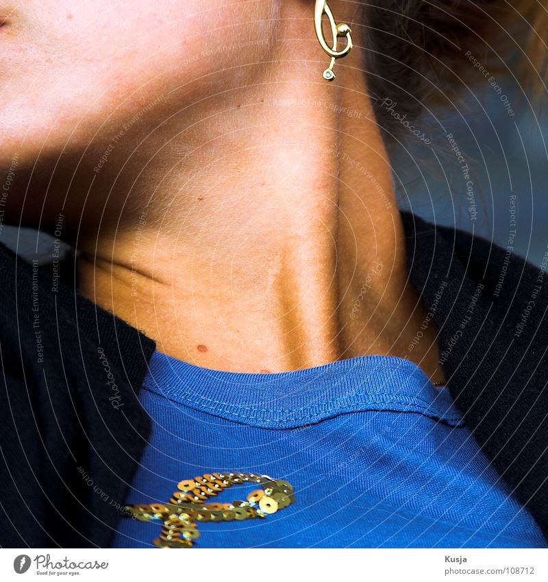 Der Träger Frau blau schwarz Kopf Haare & Frisuren glänzend Haut Jacke Hals Muskulatur Ohrringe Drehung nicken