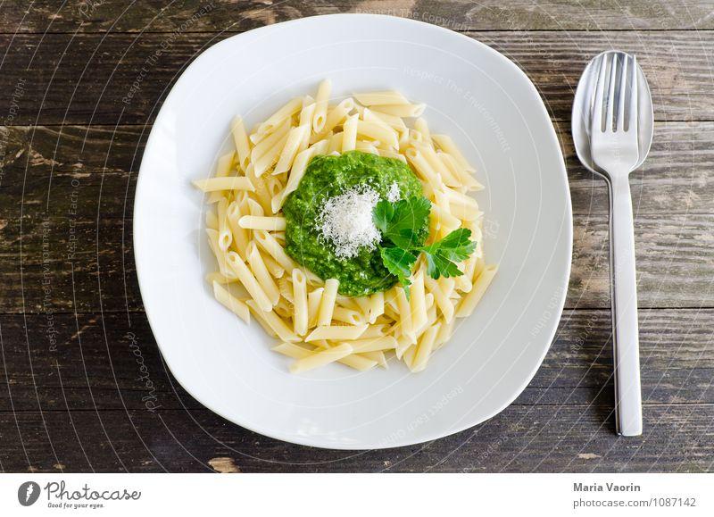 Mahlzeit Lebensmittel Kräuter & Gewürze Ernährung Mittagessen Vegetarische Ernährung Italienische Küche Teller Besteck Gabel Löffel Gesundheit lecker grün Pesto
