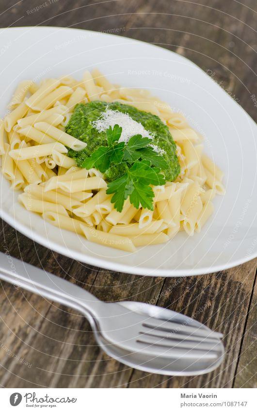 Erstmal Mittag grün Gesundheit Lebensmittel frisch Ernährung Kräuter & Gewürze lecker Teller Mittagessen Nudeln Vegetarische Ernährung Besteck Löffel Gabel selbstgemacht Italienische Küche