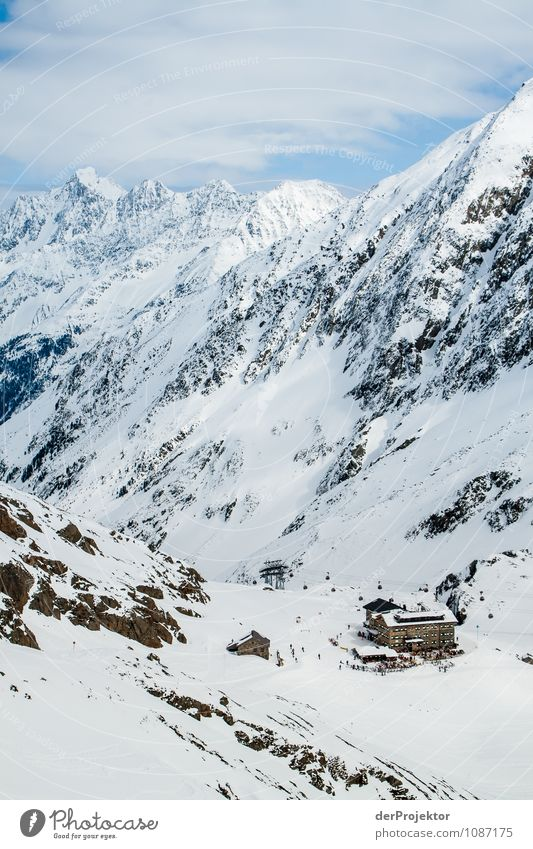 Kleine Hütte – große Berge Natur Landschaft Berge u. Gebirge Umwelt Schnee Felsen Schönes Wetter Gipfel Alpen Schneebedeckte Gipfel Skifahren Hütte Wahrzeichen Sehenswürdigkeit Skigebiet Österreich