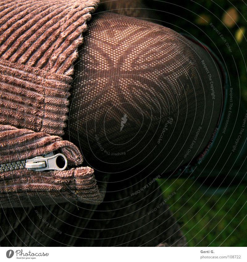 Mrs. Brown Knie braun Muster Strumpfhose Physik Winter Sammlung anziehen heizen Herbst Reißverschluss aufeinander Stiefel schwarz Bekleidung grün Wiese Frau