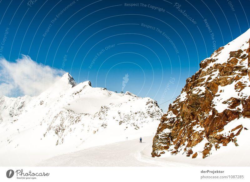 Ein einsamer Skifahrer Natur Ferien & Urlaub & Reisen Landschaft Winter Ferne Umwelt Berge u. Gebirge Gefühle Schnee Freiheit Felsen Zufriedenheit Tourismus