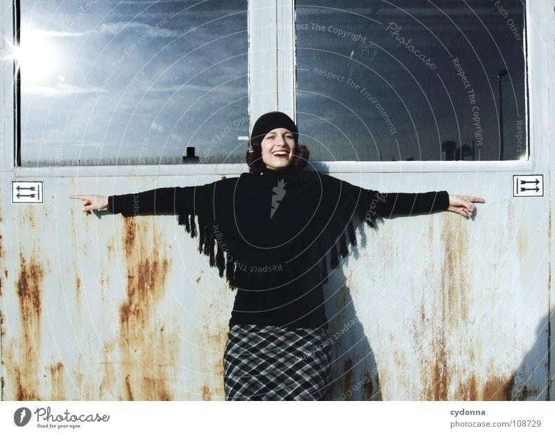 Richtungswechsel Herbst Jahreszeiten Frau Industriegelände schön Porträt entdecken Symbole & Metaphern Versuch geheimnisvoll Baskenmütze Mütze schwarz bleich
