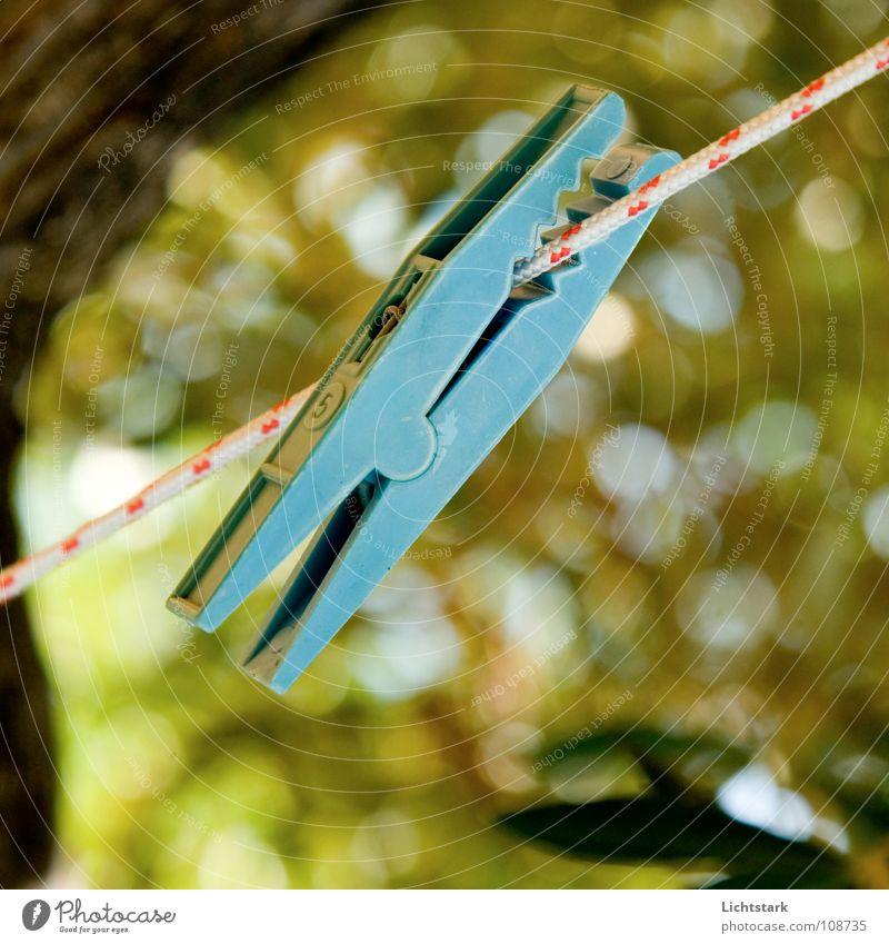 zwick III weiß blau rot Einsamkeit Farbe lustig Kraft warten verfallen Schnur Langeweile Haushalt Seil Wäscheleine Mangel