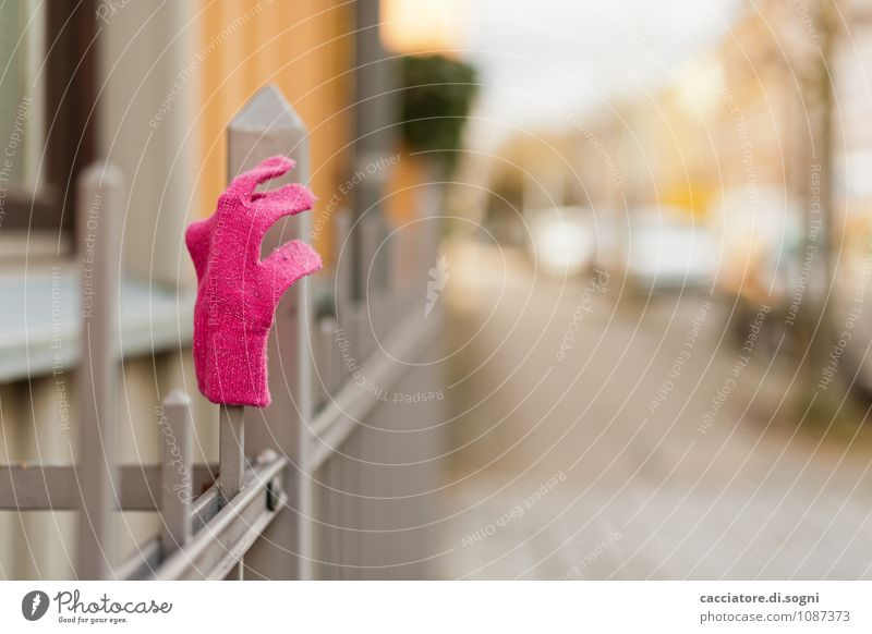 Quitschrosa Stadt Einsamkeit Straße grau orange frisch Fröhlichkeit warten Spitze einfach Freundlichkeit Hoffnung Neugier Zaun Erwartung