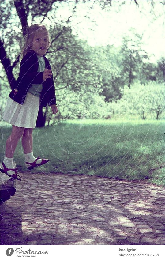 Hoch hinaus Kind Mädchen Sommer Freude Wiese Ausflug Rasen Bank Sechziger Jahre schreiten Pferdeschwanz