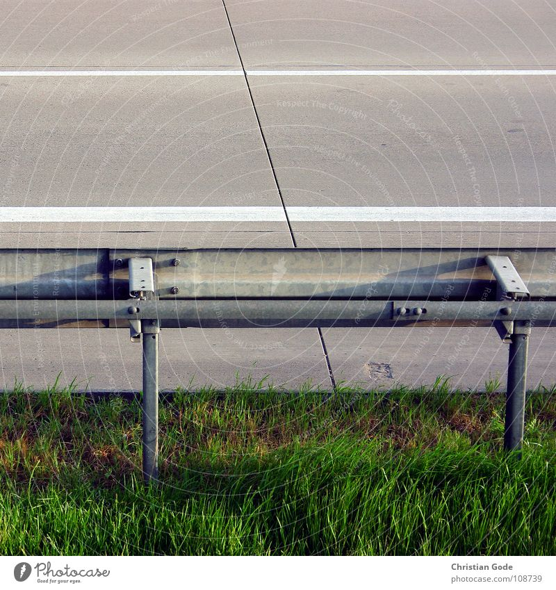 Leitplanke weiß grün Straße Wiese oben grau Metall Beton Rasen Asphalt Dinge Autobahn Fuge Motorsport Seitenstreifen