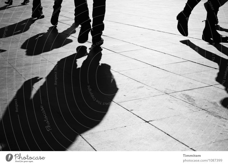 Irgendwo in Italien (7). Mensch Ferien & Urlaub & Reisen dunkel schwarz Gefühle grau Stein Linie gehen Tourismus Schuhe ästhetisch Platz einfach Rom