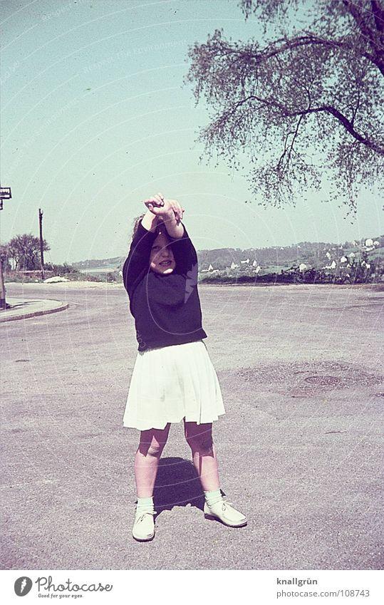 Noch Arthrosefrei... Kind Mädchen Sommer Sechziger Jahre Baum Freude Straße Ausflug Spaziergang Arme hoch