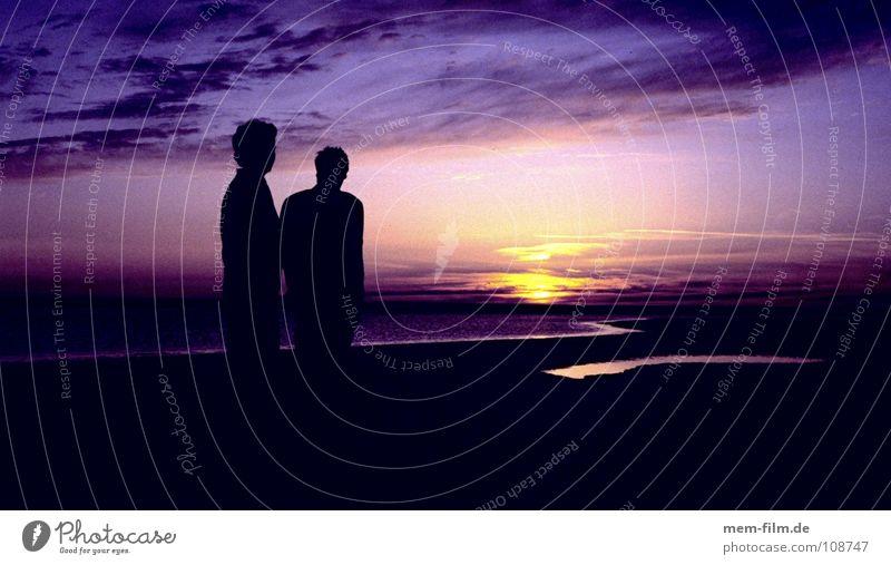purple sky purpur Sonnenuntergang Romantik träumen Sonnenaufgang Meer Gegenlicht Mann Freundschaft Morgen rot schwarz violett Wolken Reflexion & Spiegelung