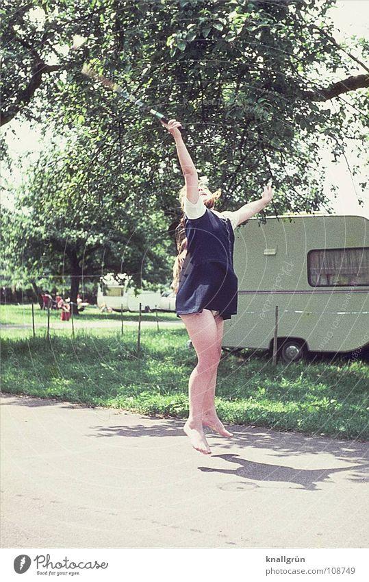Abgehoben Kind Baum Ferien & Urlaub & Reisen Sonne Mädchen Sommer Freude Spielen Bewegung springen Camping sportlich Siebziger Jahre Wohnwagen Badminton