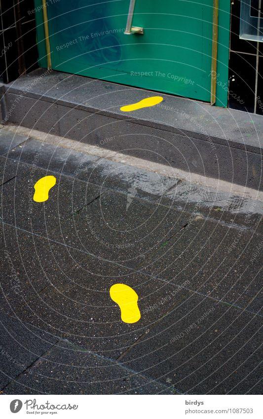 richtungsweisend Ladengeschäft Tür Treppe Zeichen Fußspur laufen leuchten einzigartig gelb grau grün schwarz Neugier Bewegung Wege & Pfade richtungweisend