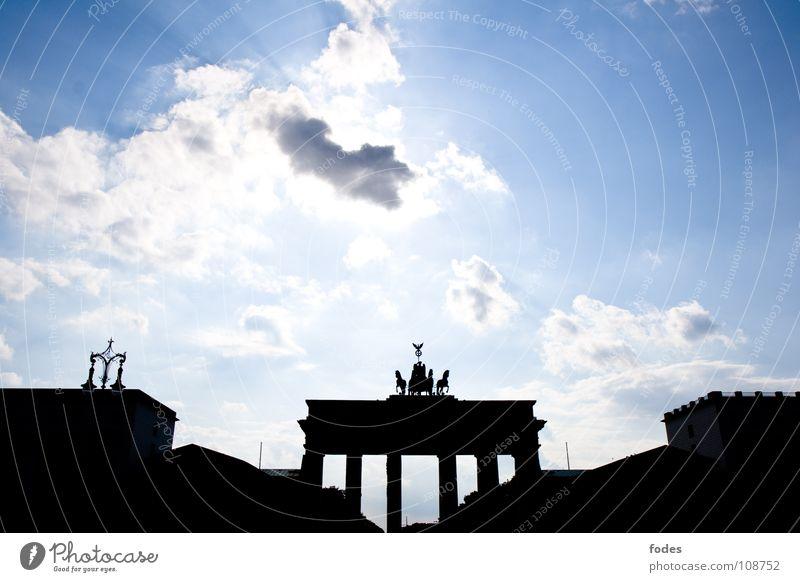 Tor zum Himmel blau Stadt Wolken Berlin Freiheit Deutschland Frieden Denkmal DDR Osten Wiedervereinigung Durchgang Weste einheitlich Brandenburger Tor
