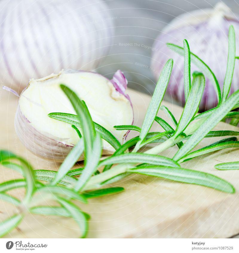 Knoblauch und Rosmarin Knoblauchzehe aromatisch Küchenkräuter frisch Kräuter & Gewürze Pfeffer nah violett Zehen Zutaten Holz Tisch Holzbrett Schneidebrett
