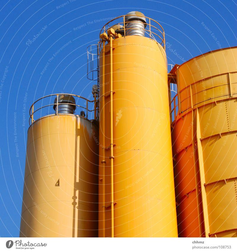Trio Silo Behälter u. Gefäße groß klein Produktion Leitung Staffelung 3 Industrie aufbewahren Lager Chemie Chemische Elemente Ordnung Himmel orange blau Tank