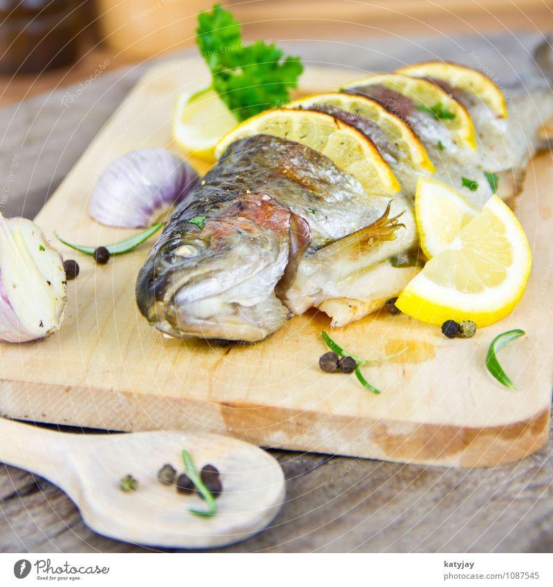 gegrillte Forelle Fisch gebraten kochen & garen Zitrone Braten Grill Grillen Sommer frisch Petersilie Rosmarin Knoblauch Knoblauchzehe Ernährung Protein