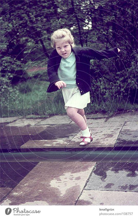 Mutprobe Kind Mädchen Baum Sommer Wiese springen Stein Konzentration Mut Wasserrinne Mutprobe Wasserfleck