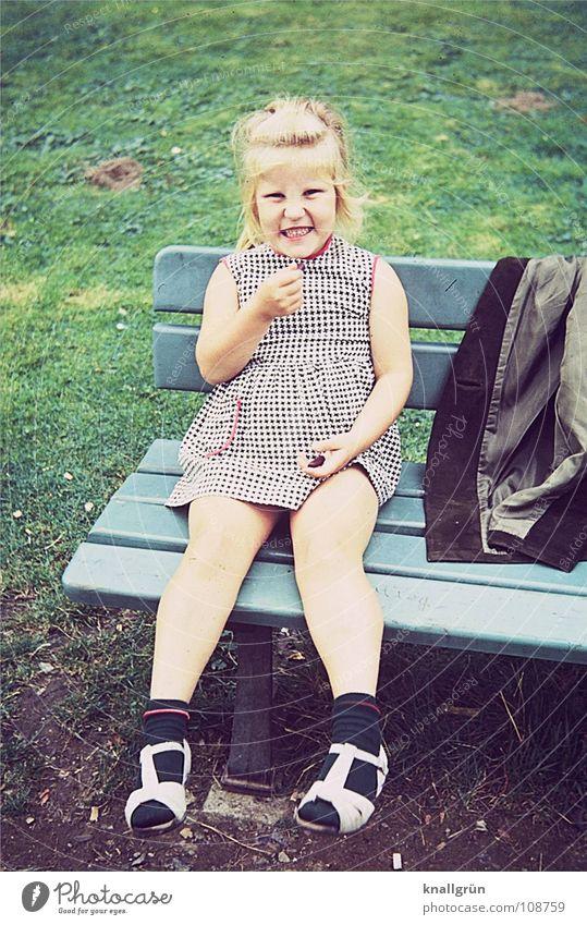 Glücklich sein Kind Mädchen Sommer Wiese Sechziger Jahre Jacke grün Freude Rasen Bank