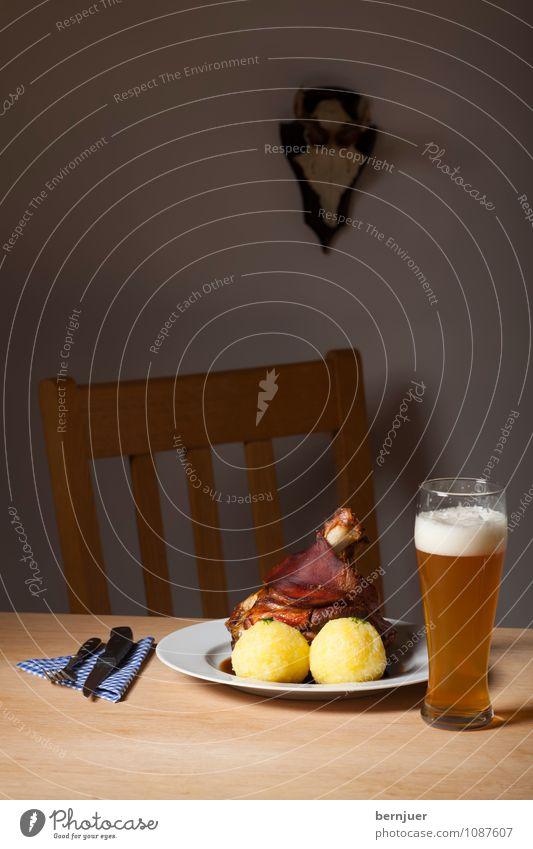 Haxe Lebensmittel Glas Tisch Stuhl Gemüse gut Bier Teller Fleisch Alkohol Horn rustikal Ehrlichkeit Billig Stuhllehne Saucen
