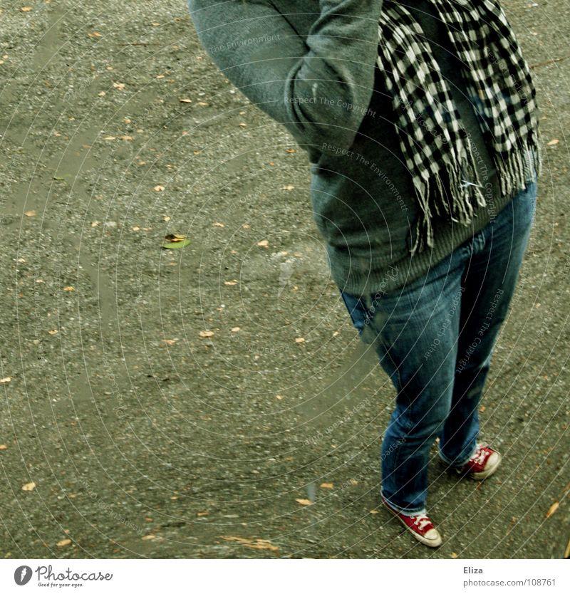 Street Posing Mensch Jugendliche grün Straße grau Schuhe groß Perspektive Macht Jeanshose rund Körperhaltung Asphalt Spiegel drehen Chucks
