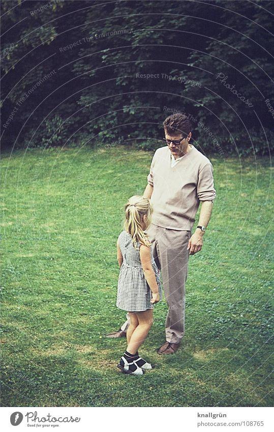 Vater + Tochter Sommer Mann Mädchen Kind Sechziger Jahre Wiese zuwenden Familie & Verwandtschaft Vatertag