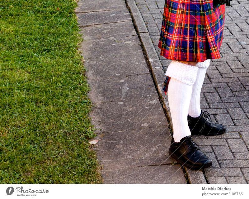 SCHOTTE Schottland Kilt Strümpfe Schuhe Lederschuhe schwarz Lackschuhe grün Wiese Grünfläche kariert luftig Schmuck geschmückt Freude lustig Highlander Angeben