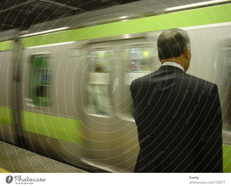 japaner vor u-bahn Mensch Mann U-Bahn Japan