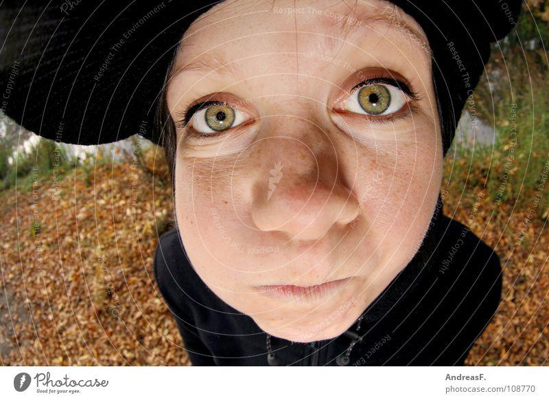 Peti heil! Frau Mädchen Junge Frau Jugendliche Porträt Weitwinkel Fischauge Wange Mütze Baseballmütze Herbst Oktober verrückt Blatt Herbstlaub Herbstfärbung