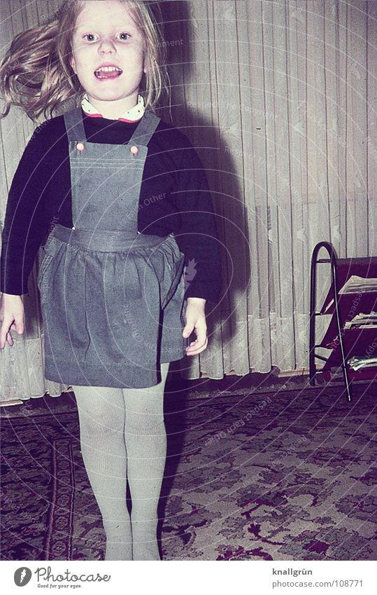 Nettes Kind, geschmackloser Hintergrund Kind Mädchen Freude Fröhlichkeit Wohnzimmer Gardine Teppich