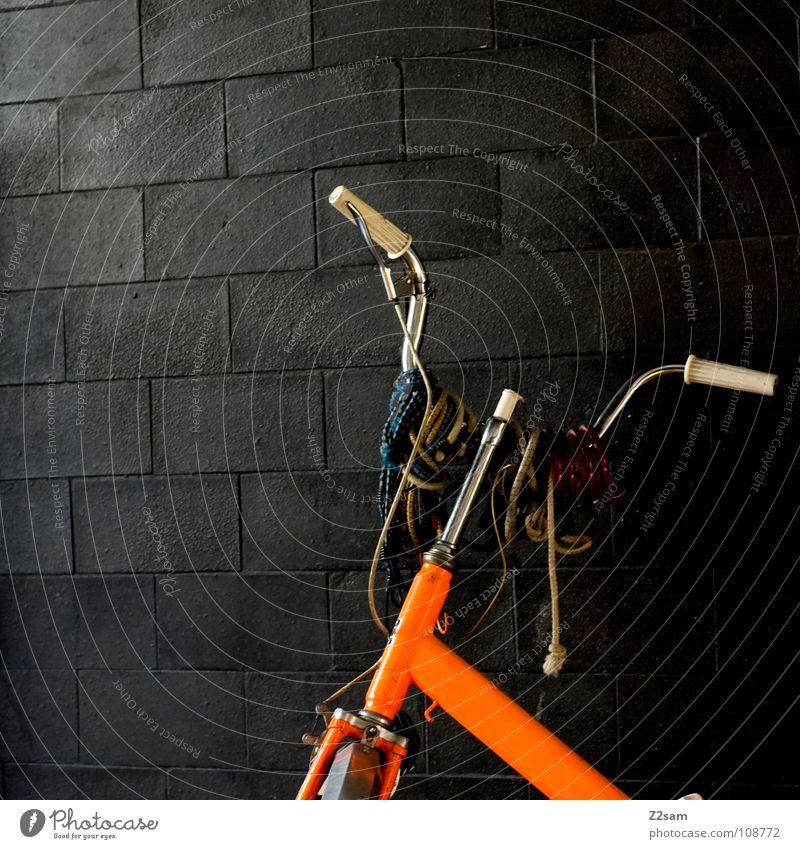 behangen geschmückt Fahrrad retro Klapprad Wand Muster glänzend dunkel grell Verkehrsmittel Schmuck hängen verschönern Dinge Fahrradlenker alt