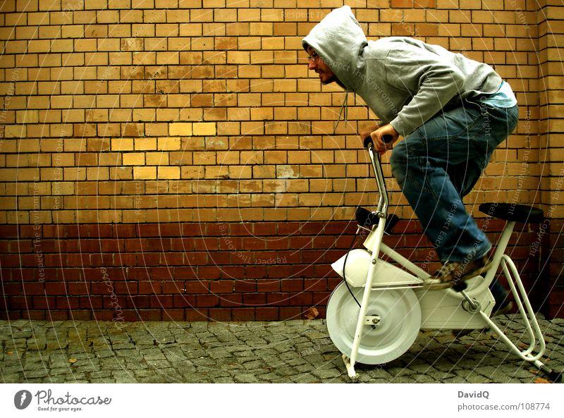 dynamic stagnation Fahrrad Ausdauer stagnierend Problematik Geschwindigkeit Beschleunigung fahren drehen Pedal Achtziger Jahre Mauer Wand Backstein Mann Kunde