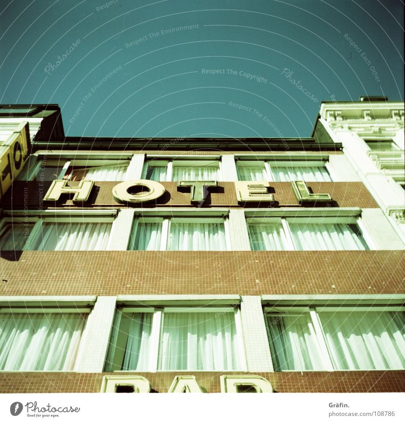 Hotel - - - Bar Himmel Haus Fenster Graffiti hell Hamburg Buchstaben schäbig Gardine Symmetrie Leuchtreklame Samstag Reeperbahn St. Pauli