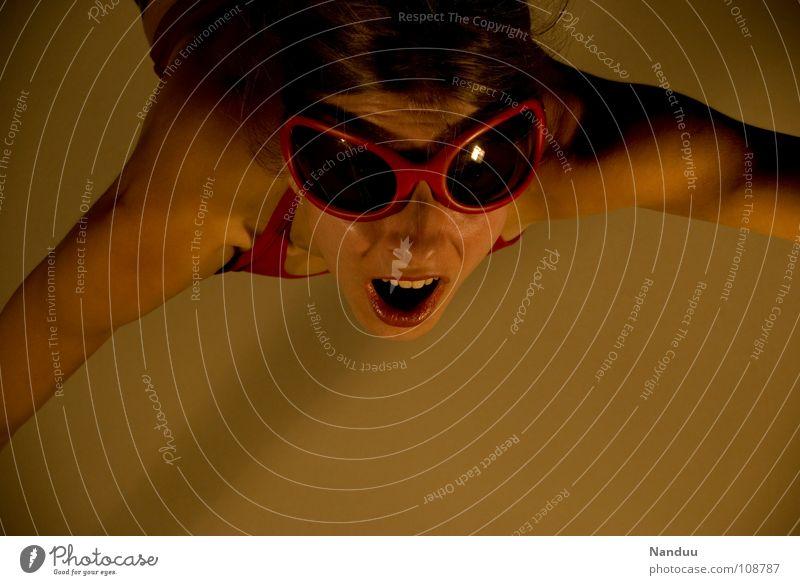 Überraschung von oben Klettern Bergsteigen Mensch Frau Erwachsene Wärme Sonnenbrille Spinne fliegen gut Wut rot Macht Mut gefährlich Ärger abseilen Überfall