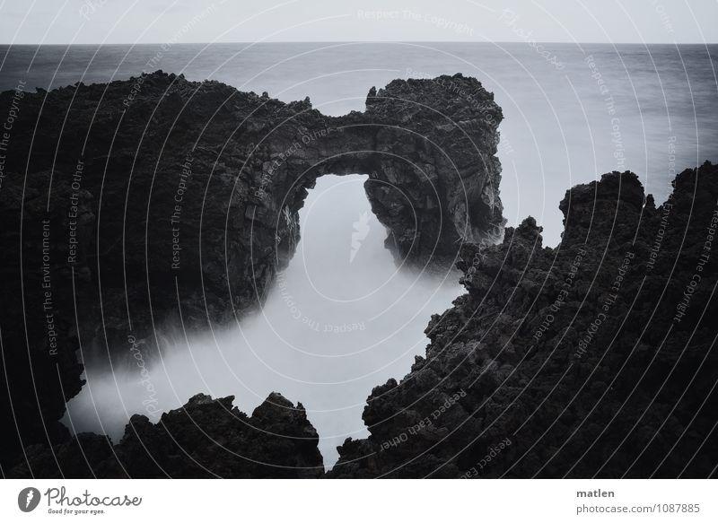 Gischt Natur Landschaft Wasser Himmel Horizont Wetter schlechtes Wetter Wind Sturm Felsen Wellen Küste Bucht Meer grau weiß Brandung Tor Brücke Zacken bizarr