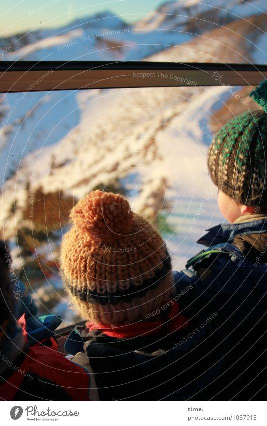 Bommelexpress Junge 3 Mensch Winter Schönes Wetter Schnee Berge u. Gebirge Schneebedeckte Gipfel Fenster Seilbahn Mütze Wollmütze beobachten Blick stehen