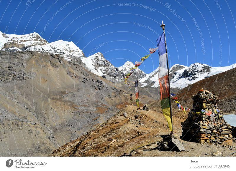 Buddhistische Gebetsflaggen, die in den Wind im Himalaja fließen Himmel Ferien & Urlaub & Reisen blau grün weiß rot Landschaft Winter gelb Berge u. Gebirge