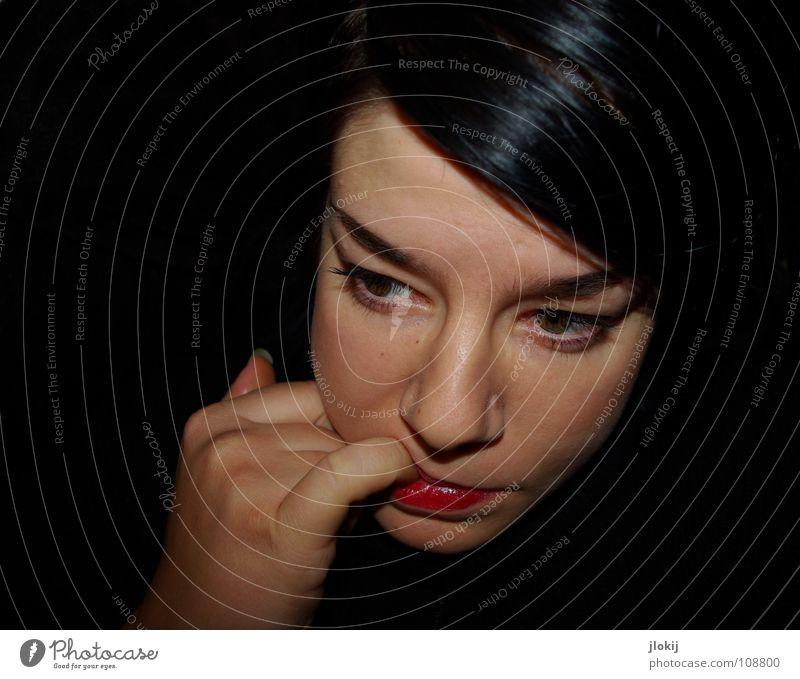 Unobserved Frau Porträt dunkel unbeobachtet Hand Finger außergewöhnlich schwarz Lippen Augenbraue Vogelperspektive Ernährung Mahlzeit Scheitel Denken