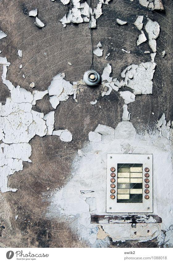 Kein Anschluss Mauer Wand Klingel Namensschild alt historisch trashig Verfall Vergänglichkeit verlieren Zerstörung kaputt Schaden Zahn der Zeit verfallen