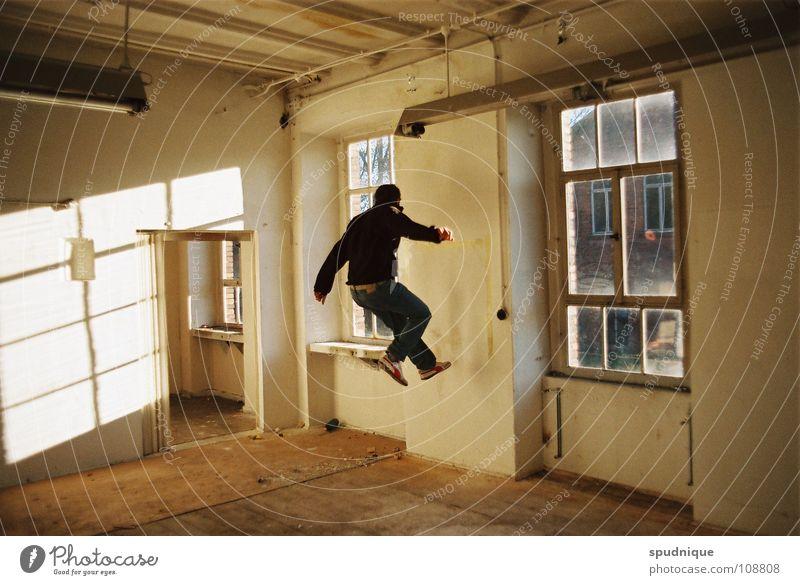 ruhestoerer eins Jugendliche Sonne ruhig Wand springen Fenster Bewegung Raum Luftverkehr Fabrik verfallen Dynamik Studie