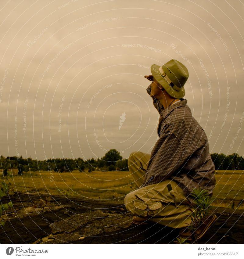 [SAFARI] - JA WO IST ER DENN? Safari Afrika Steppe Wolken schlechtes Wetter Horizont Gras Ranger Abenteuer Überleben Tourist Dach gelb Hemd Obdachlose hocken