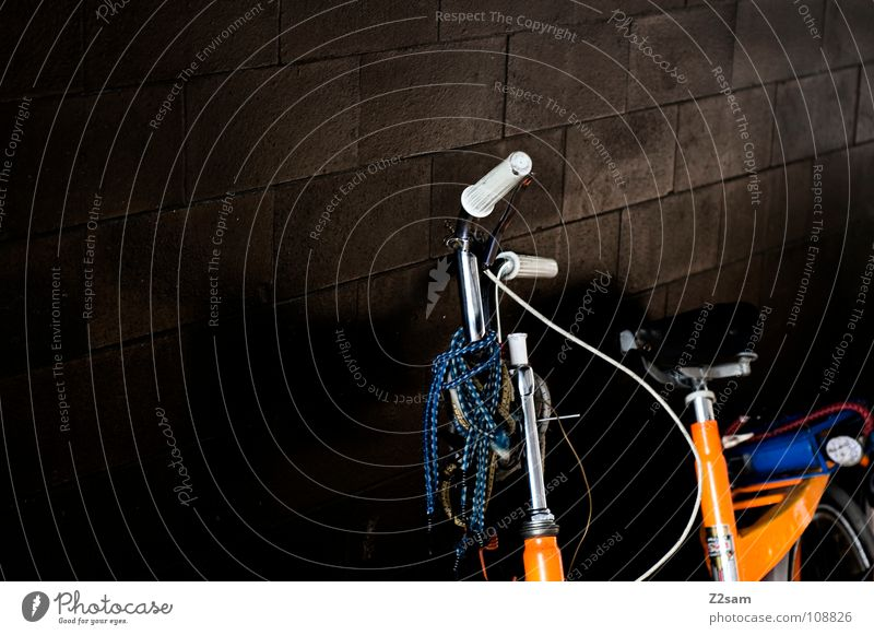 dumm rumstehen alt dunkel Wand orange Fahrrad glänzend retro Dinge Fliesen u. Kacheln Schmuck hängen verschönern Verkehrsmittel grell