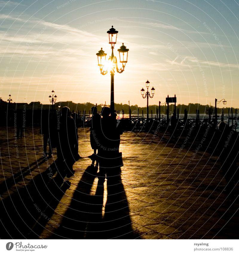 Lichtblick Sonnenaufgang Venedig Italien gelb Laterne Lampe Stimmung Menschengruppe Hafen Verkehrswege Kontrast blau Himmel Küste Erholung frei