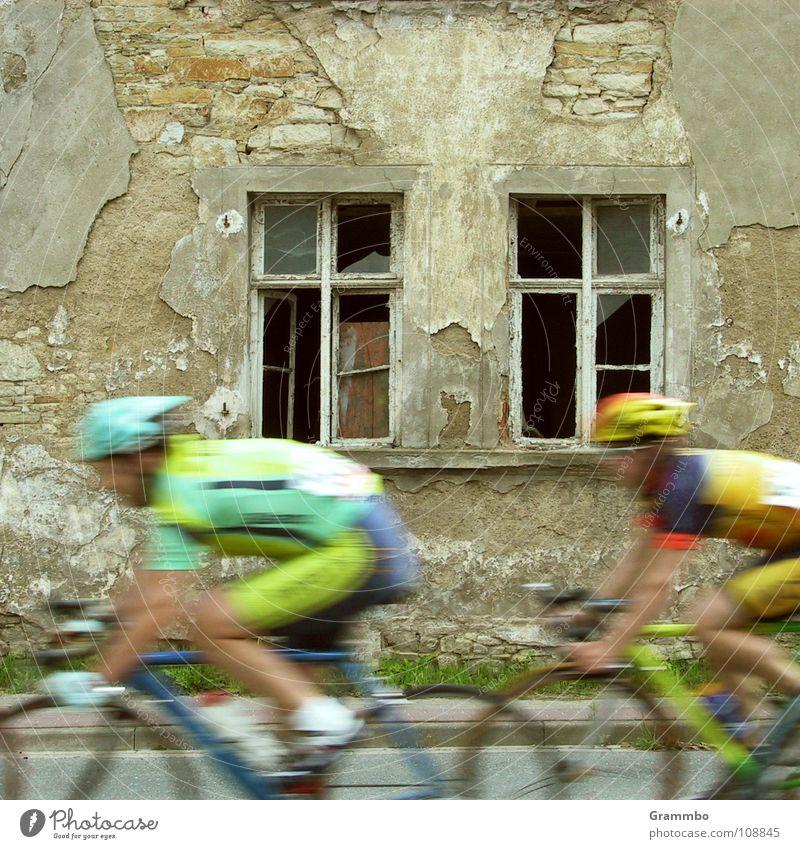Nächste Runde Wertung Radrennen Trikot Helm Fahrrad Fenster Haus Ruine Geschwindigkeit Doping Fitness Kriterium Osterweddingen Radhose heiße Reifen alt Sport