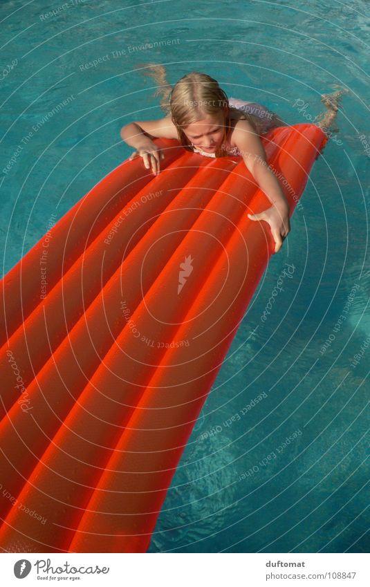 Oberwasser Luftmatratze Schwimmbad kalt Mädchen Kind retten Rettung Schwimmhilfe nass tauchen ertrinken Im Wasser treiben Klettern Sommer raufziehen blau orange