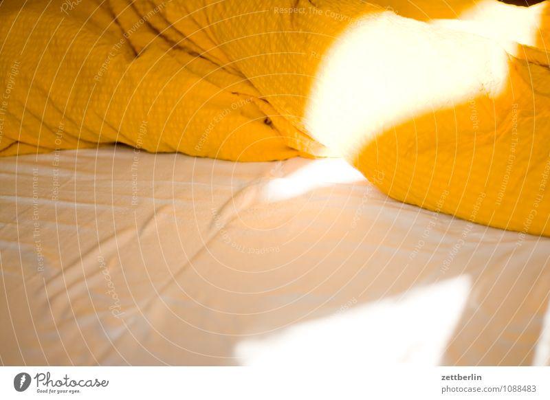 Bett Bettwäsche Bettdecke Decke Bettlaken Kissen Licht Schlafzimmer aufstehen Morgen Sonnenaufgang Federbett Daunen Wärme gemütlich Menschenleer Schlafplatz