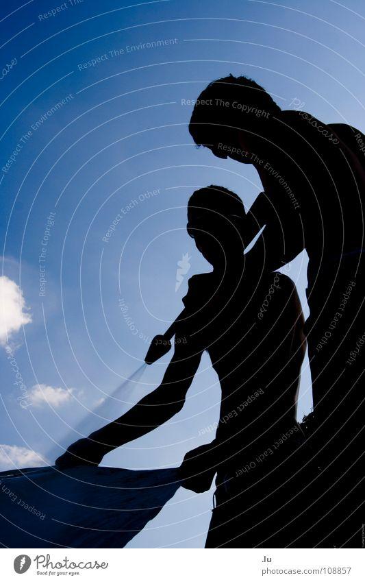 _ Himmelszelt putzen Mann Jugendliche Himmel blau schwarz Wolken Arbeit & Erwerbstätigkeit Musik Zusammensein dreckig Hilfsbereitschaft Sauberkeit Reinigen berühren Konzert festhalten