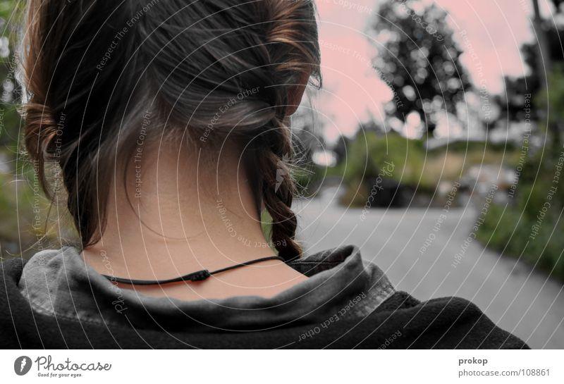 Zurückkehren Nacken Zopf Mädchen Halsband Baum Teer Asphalt Hinterkopf Leder Hemd Jacke brennen gehen stehen zögern heimwärts Haus Abschied Krieg Frau Trauer