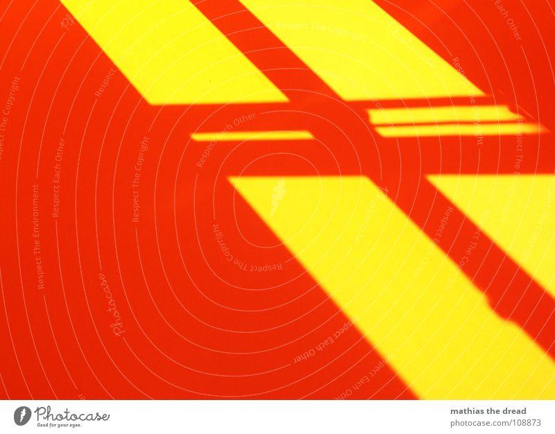 Fenster Fensterscheibe Fensterrahmen Lichtspiel gelb rot Schatten diagonal eckig parallel Farbe orange Rücken doppelglas Balken verrückt Verzerrung